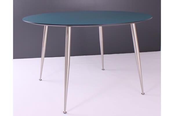 By Tika lund rundt spisebord i blåt naturfarvet træ
