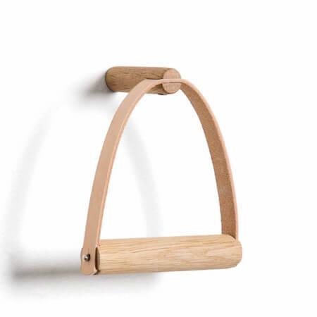 By Wirth toiletrulleholder i træ og læder i flot design