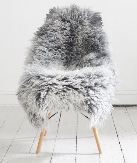 Gotlandsk lammeskind til stol med langt krøllet pels