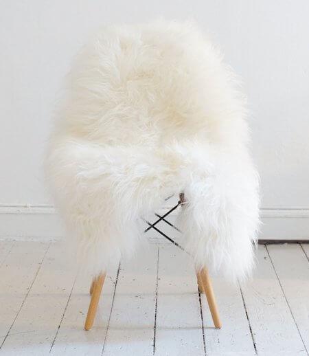 Hvid langhåret lammeskind til stol til nordisk indretningsstil