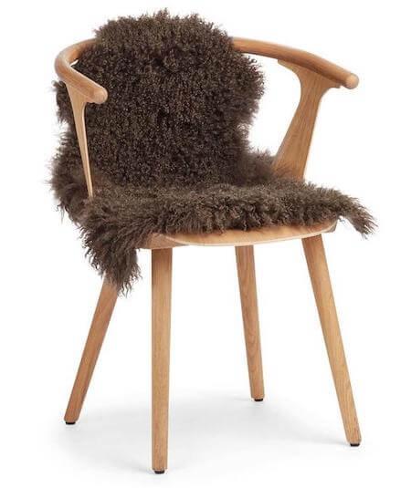 Tibetansk lammeskind til stol i mørkebrun farve og naturlig krøllet