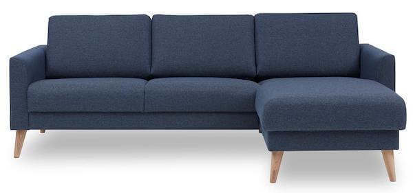 Lotus sofa i flot blåt betræk og ben i hvidolieret egetræ