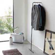 Yamazaki lille tøjstativ der kan stå på ad væggen
