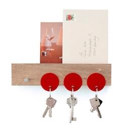 Dekoop nøgleholder til væg i massiv egetræ og lille hylde