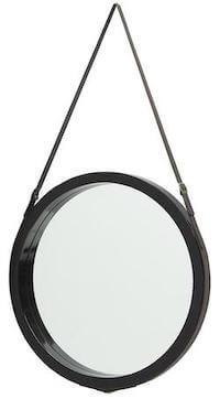 Rundt spejl med rem i sort ramme i skandinavisk design