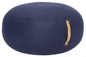 Hübsch flot blå sækkestol med læderhank i uld